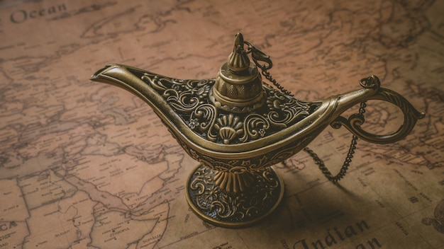 Linterna mágica de bronce grabada vintage Foto Premium