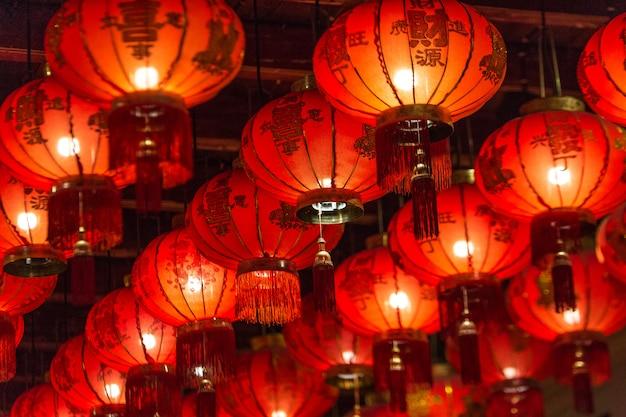 Linternas chinas en el templo Foto Premium