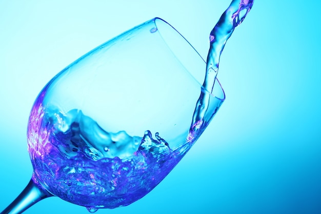 Líquido vertido en el vaso Foto gratis