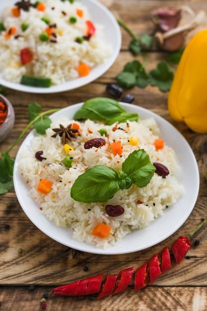 Listo para comer comida deliciosa con verduras frescas en tablones de madera Foto gratis