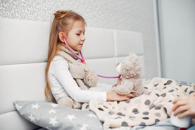 Little illnes hija en un dormitorio Foto gratis