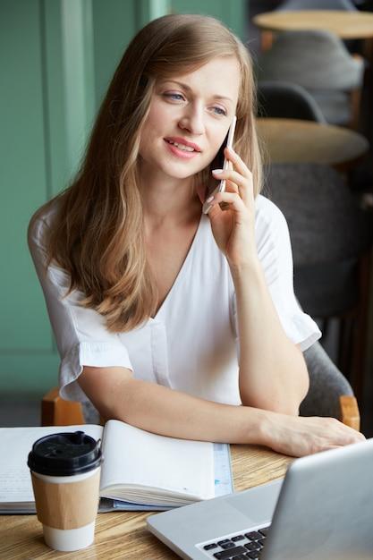 Llamando a mujer de negocios Foto gratis