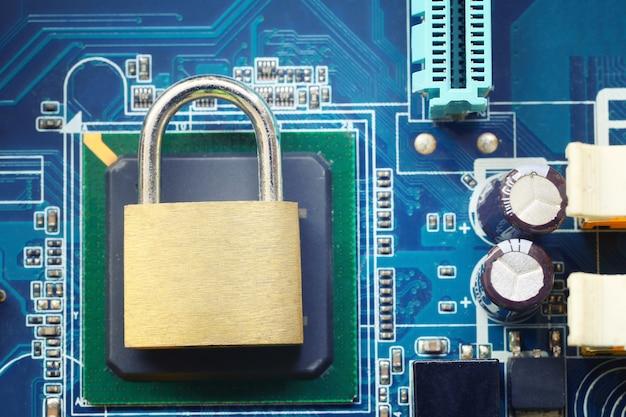 Llave maestra o candado dorado en placas base electrónicas Foto Premium