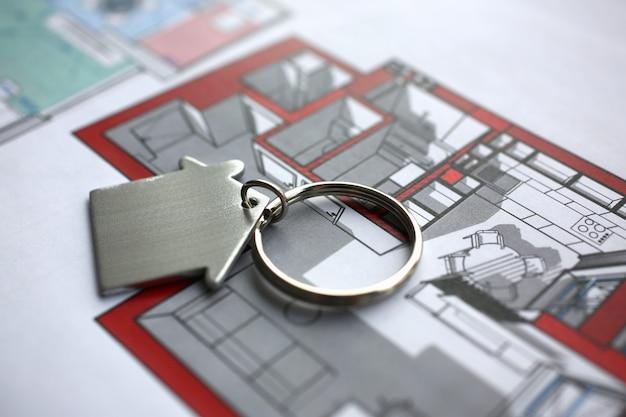 Llavero de metal en forma de mentiras de la casa en miniatura Foto Premium