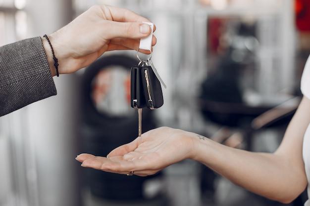 Llaves de coche en un salón de coche Foto gratis
