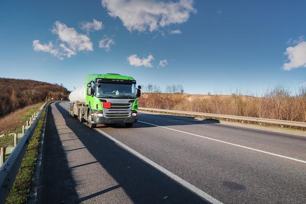 Llegando camión blanco en la carretera en un paisaje rural al atardecer Foto Premium