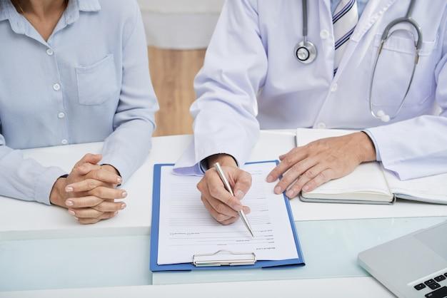 Llenando el historial médico Foto gratis