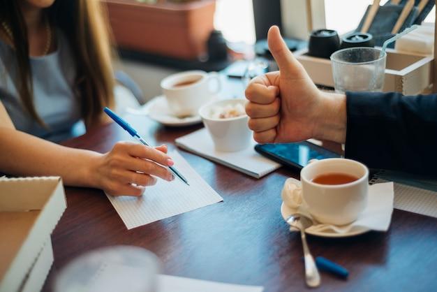 Lluvia de ideas de personas bebiendo té en la cafetería Foto gratis