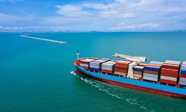 Logística empresarial. contenedores. buque de carga y exportación e importación. internacional mar abierto. Foto Premium