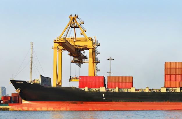 Logística industrial y transporte de camiones en el patio de contenedores para logística y negocios de carga en el puerto de embarque. Foto Premium