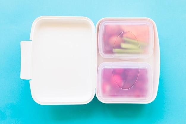 Lonchera de plástico con comida Foto gratis