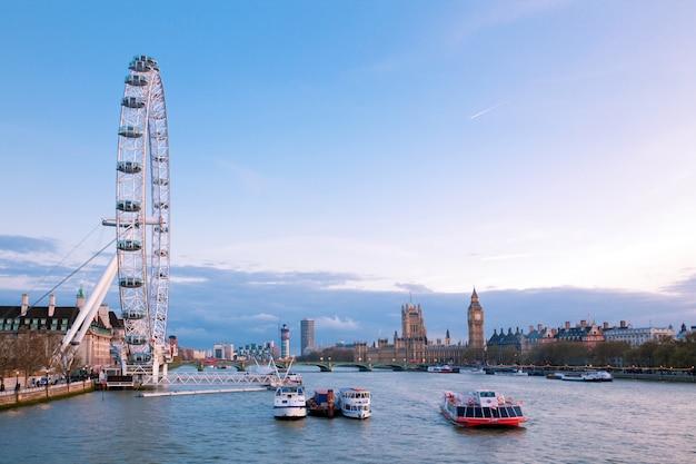 London eye con big ben al atardecer Foto Premium