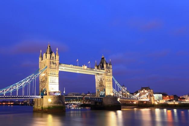 London tower bridge al atardecer Foto Premium