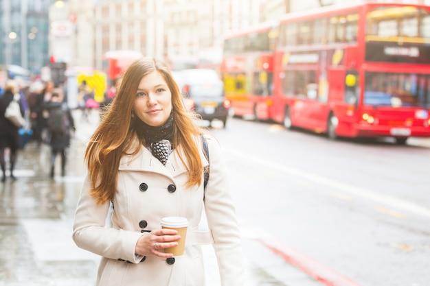 Londres, joven mujer de negocios caminando por la carretera. Foto Premium
