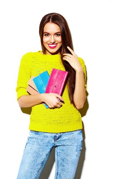 Look de alta moda glamour elegante sexy sonriente hermosa joven modelo en tela de hipster casual amarillo brillante de verano con bolso de embrague Foto gratis