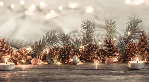 Luces y conos festivos de año nuevo. Foto gratis