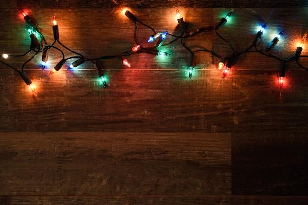 Luces de navidad en una tabla de madera oscura descargar - Luces para navidad ...