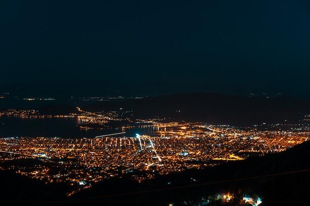 Luces nocturnas de la ciudad desde una vista panorámica. makrinitsa Foto gratis
