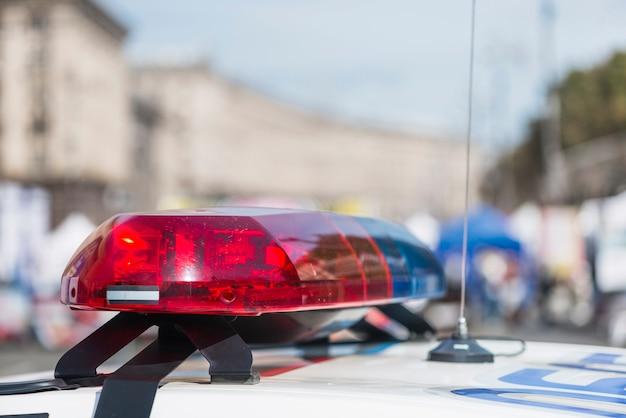 Luces de la policía en el coche de policía en la calle Foto Premium