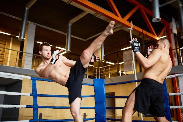 Lucha intensa en el ring de boxeo Foto gratis