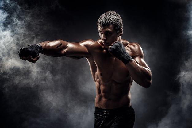 Luchador musculoso en topless en guantes de boxeo Foto Premium