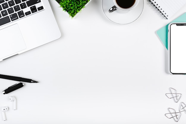 Lugar de trabajo con aparato de oficina y lugar vacío en el centro Foto gratis