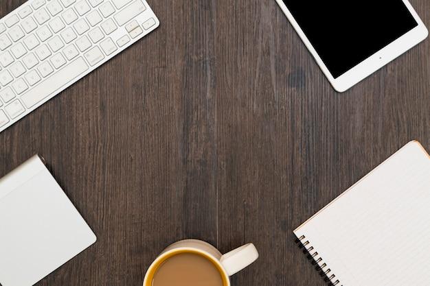Lugar de trabajo con gadgets y café. Foto gratis