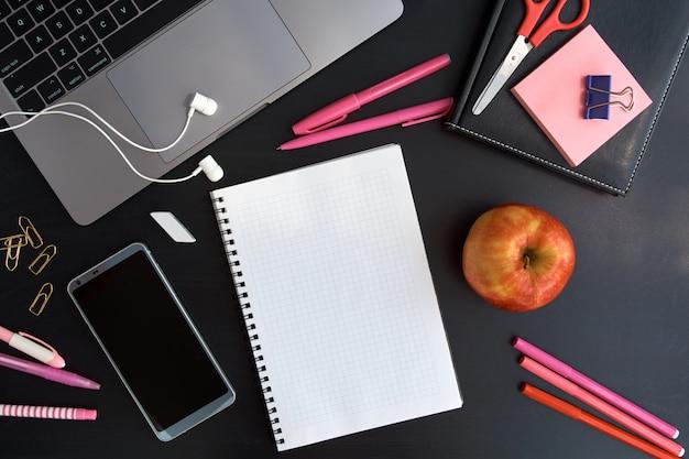 Lugar De Trabajo Con Laptop Bloc De Notas Auriculares Vista Superior De Apple Y Smartphone Trabajar Desde Casa Foto Premium
