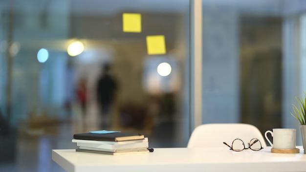 Lugar de trabajo de moda con espacio de copia Foto Premium