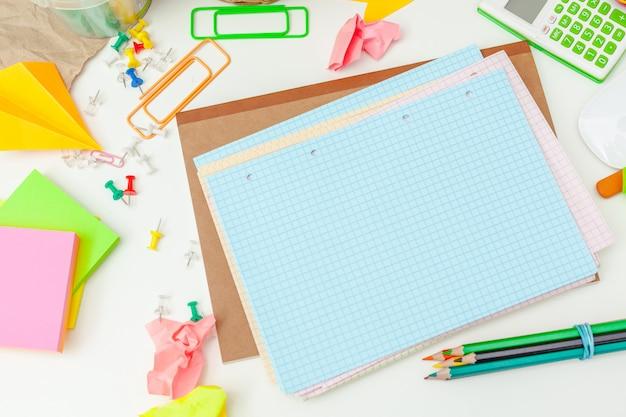 Lugar de trabajo de una persona creativa con una variedad de coloridos objetos de papelería. Foto Premium