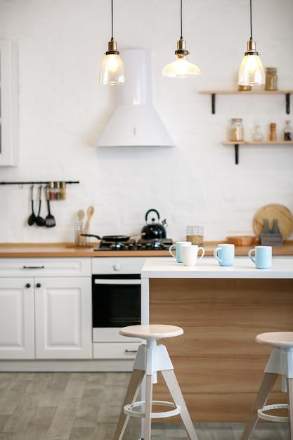 Lujosa cocina blanca y sala de estar en una casa grande Foto Premium