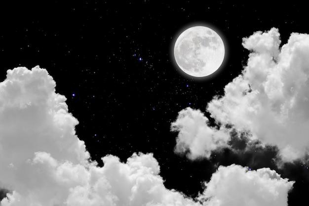 Luna llena con fondo estrellado y nubes Foto Premium
