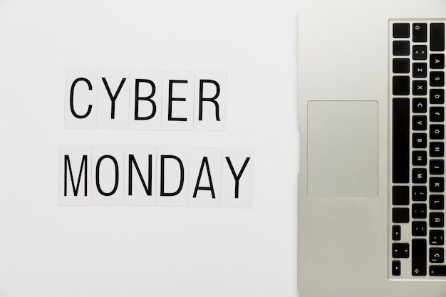 Lunes cibernético con teclado en el escritorio Foto gratis