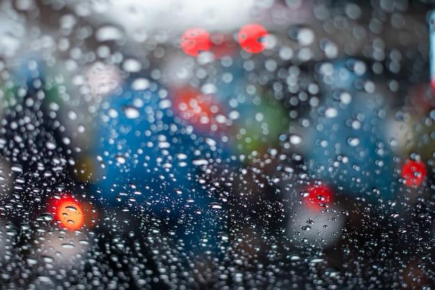 Luz del atasco en día de lluvia Foto Premium