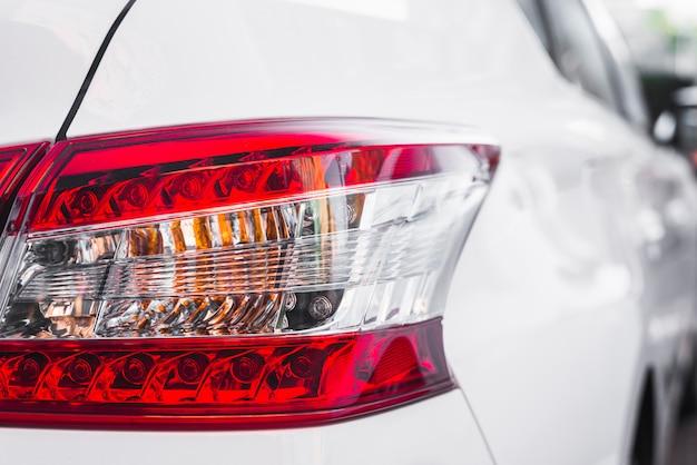Luz trasera moderna en nuevo automóvil blanco. Foto gratis