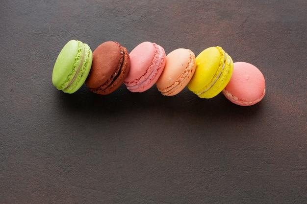 Macarons coloridos de cerca Foto gratis