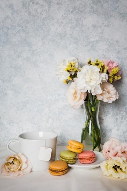 Macarrones rodeados de flores Foto gratis