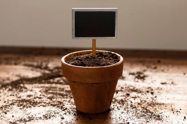 Maceta de jardinería casera en el piso Foto gratis