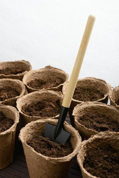 Macetas de turba con tierra y pala Foto Premium