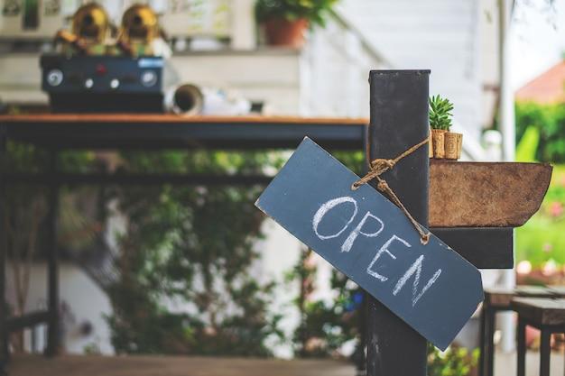 Madera de letrero abierto Foto Premium
