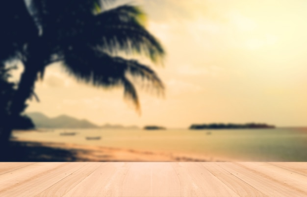 Madera perspectiva y puesta del sol en la playa de samui, tailandia. tonelada de la vendimia Foto gratis