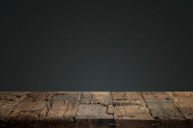 Maderas agrietadas con un fondo oscuro Foto gratis