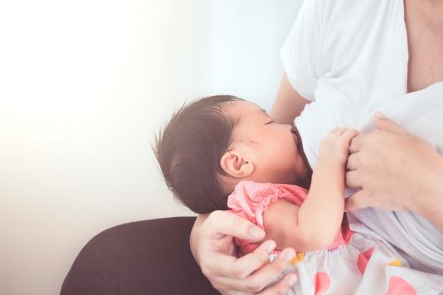 Madre amamantando a su bebé recién nacido. Foto Premium