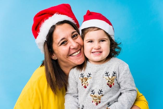 Madre y bebé disfrutando el día de navidad Foto Premium
