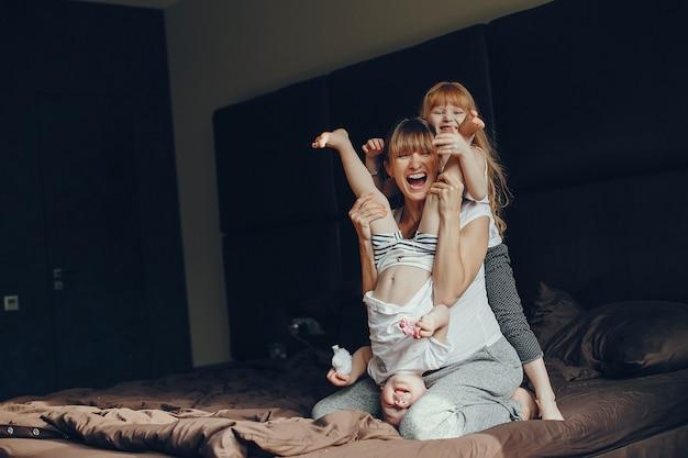 Madre con dos hijos Foto gratis