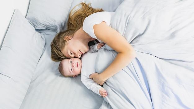 Madre durmiendo con su bebé Foto gratis