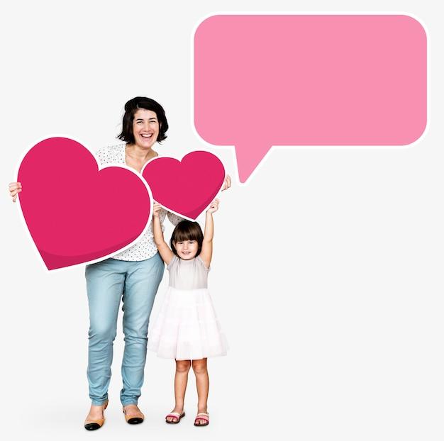 Madre e hija con un bocadillo de diálogo Foto gratis