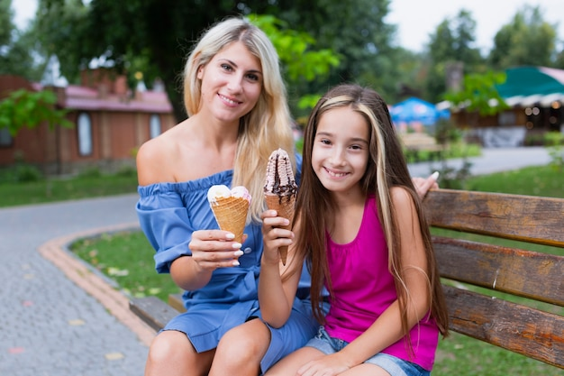 Madre e hija comiendo helado Foto gratis