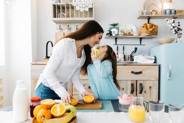 Madre e hija desayunando Foto gratis