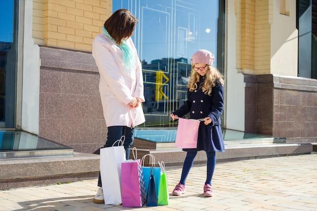 Madre e hija disfrutando juntos de viaje de compras Foto Premium